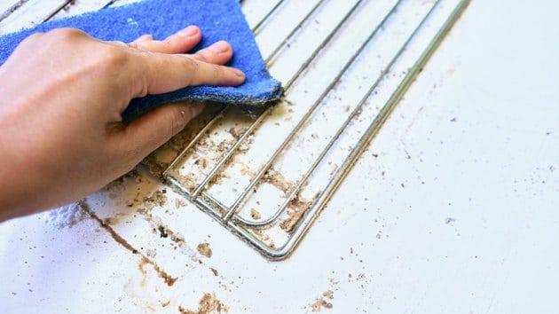 Dùng miếng chà rửa lau qua