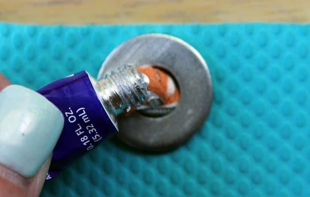 Dán keo dính vào nút thắt cuối mỗi đoạn
