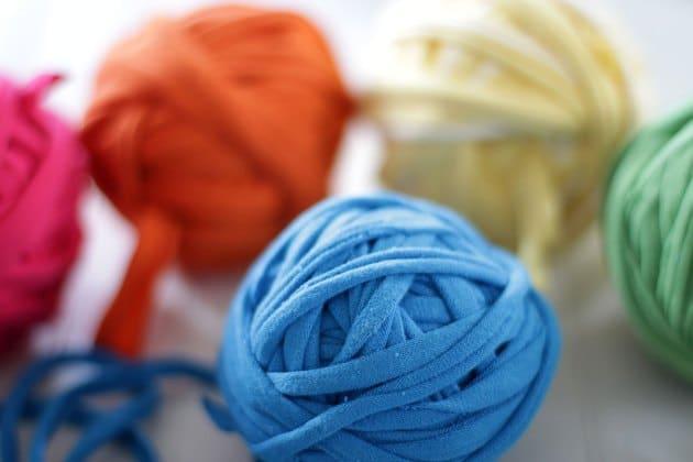 Cuộn các sợi vải khác thành quả bóng