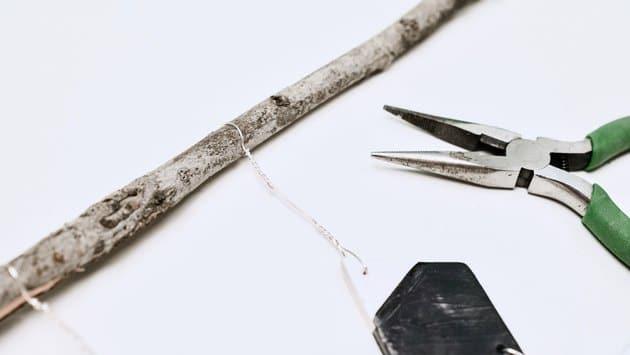Cố định những sợi dây trang trí