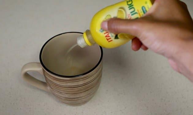 Phủ một lớp nước chanh trên bề mặt cần làm sạch