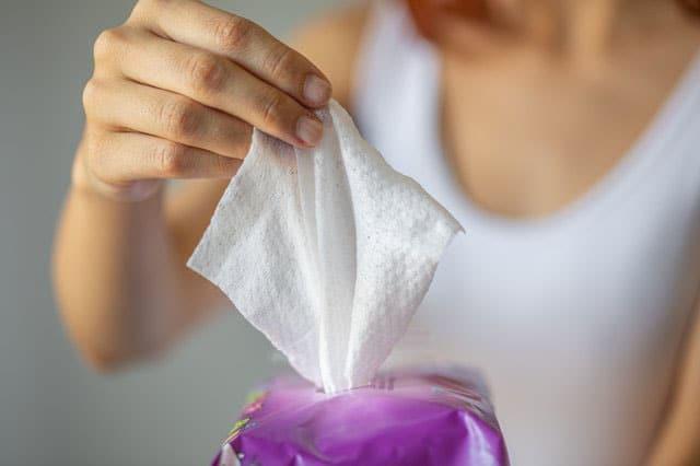 Loại bỏ vết bẩn với khăn lau