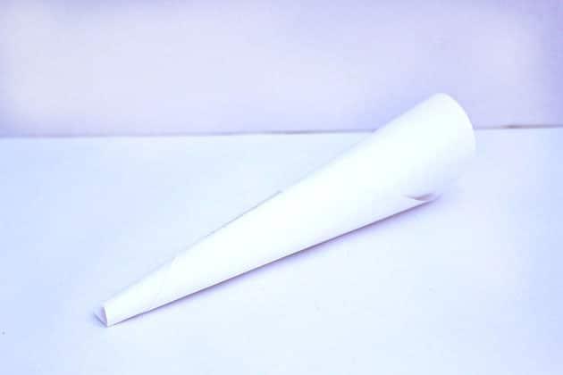 Cuộn một tờ giấy tạo hình phễu