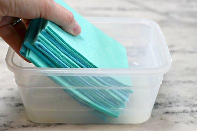 Đặt khăn cần tái sử dụng vào hộp