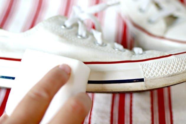 Làm sạch cao su ở đế giày bằng miếng bọt biển