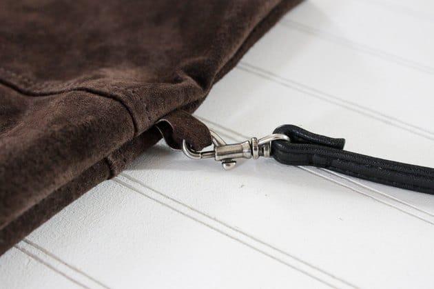 Kẹo dây vào các vòng bên túi
