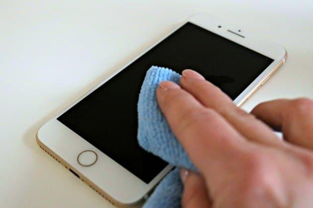 Thấm cho miếng vải vừa đủ ẩm để lau điện thoại